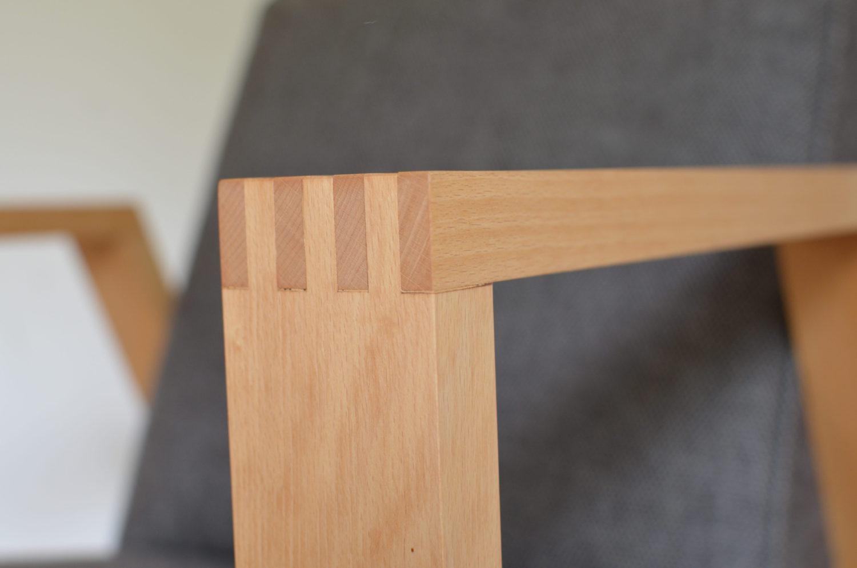 Die Buchenholz-Beine sind mit einer traditionellen Schreinertechnik verbunden